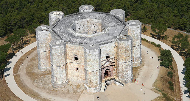 """A Castel del Monte """"Dettofatto – percorso a ritroso nel futuro pascaliano"""""""
