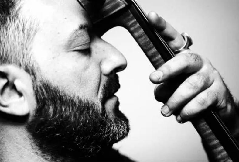 Verso la Notte della Taranta: il violoncello di Redi Hasa ricorda Bach e la polifonia albanese